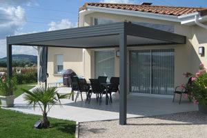 pergola abritant une terrasse de maison